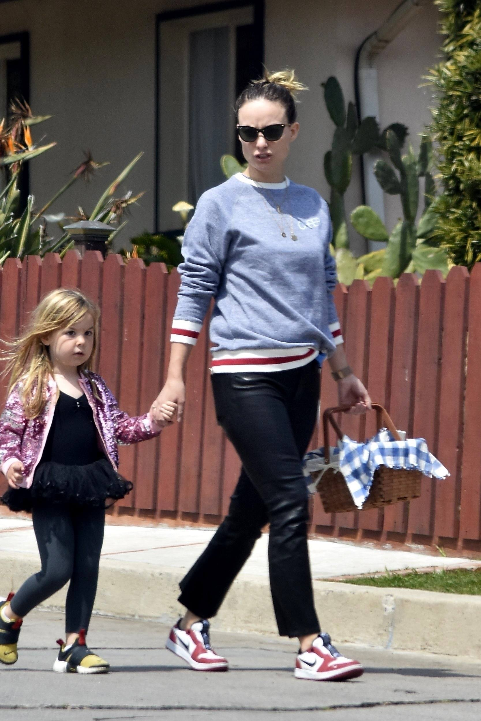 Olivia Wilde with Family goes on a Picnic in LA