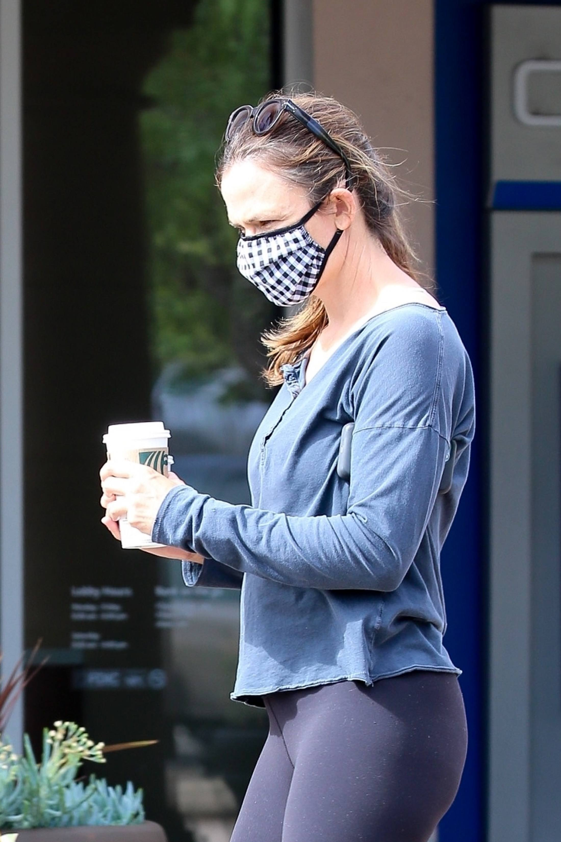 Jennifer Garner in Leggings on Coffee Run in Malibu